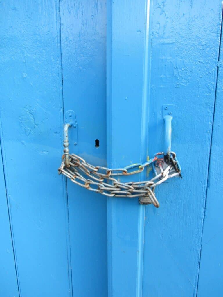 Chaine sur porte Bleue