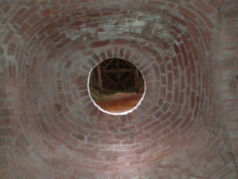 Vision en contreplongée d'une cheminée de brique