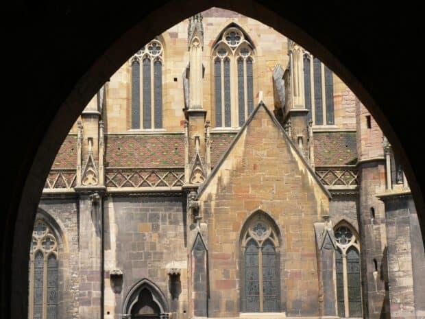 Arche donnant sur la vue d'une église